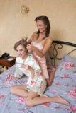 Blondes attraktives Sitzen der jungen Frauen der Freundinnen Stockfotos