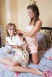 Blondes attraktives Sitzen der jungen Frauen der Freundinnen Stockbild
