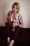 Blondes Ausziehen Lizenzfreie Stockfotos