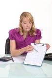 Blondes Büroangestelltzeigen Lizenzfreies Stockfoto