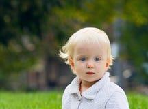 Blondes Baby auf Feld, Sommerherbstfall Stockfotografie