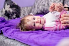 Blondes Baby, das auf Bett liegt Stockfotografie