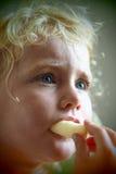 Blondes Baby, das Corn Flakes isst Stockfoto