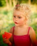 Blondes Baby, das Wassermelone isst Stockbild