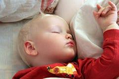 Blondes Baby, das zu Hause schläft Stockbild