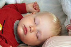 Blondes Baby, das zu Hause schläft Stockfoto
