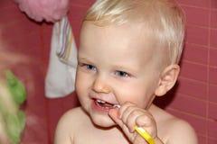 Blondes Baby im Badezimmer Lizenzfreie Stockbilder