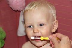 Blondes Baby im Badezimmer Lizenzfreie Stockfotografie