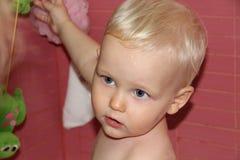 Blondes Baby im Badezimmer Lizenzfreie Stockfotos