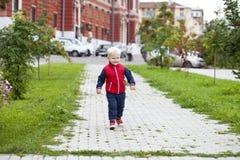 Blondes Baby im Herbststraßenpark Lizenzfreies Stockfoto
