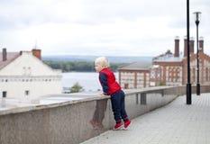 Blondes Baby im Herbststraßenpark Lizenzfreies Stockbild