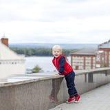 Blondes Baby im Herbststraßenpark Stockfoto