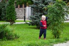 Blondes Baby im Herbststraßenpark Lizenzfreie Stockfotos
