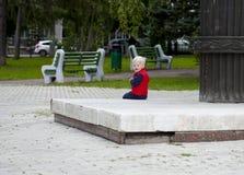 Blondes Baby im Herbststraßenpark Stockfotos