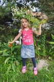 Blondes Baby im Kranz im Hausgarten Lizenzfreies Stockbild