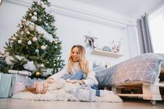 Blondes Baby legt auf den Boden Lizenzfreies Stockbild