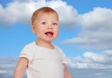 Blondes Baby mit blauen Augen Stockfotos