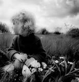 Blondes Baby mit Schildkröte auf dem Gras Stockfoto