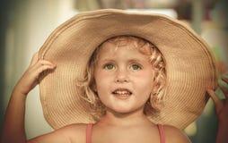 Blondes Baby mit Sommerhut auf dem Strand Lizenzfreies Stockbild