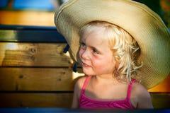 Blondes Baby mit Sommerhut auf dem Strand Lizenzfreie Stockfotos