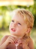 Blondes Baby mit Spielzeug Stockfotos