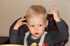 Blondes Baby zu Hause Stockbild