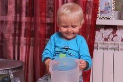 Blondes Baby zu Hause Lizenzfreie Stockfotografie