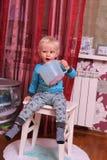 Blondes Baby zu Hause Lizenzfreies Stockfoto