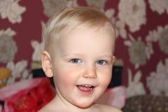 Blondes Baby zu Hause Stockfotografie