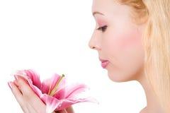 Blondes Badekurortmädchen der Schönheit mit rosafarbener Lilie Stockfotografie