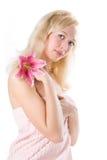 Blondes Badekurortmädchen der Schönheit mit rosafarbener Lilie Lizenzfreies Stockfoto