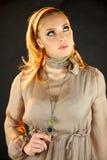 Blondes Baumuster, das oben denkt und schaut Lizenzfreies Stockfoto