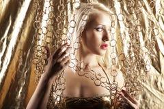 Blondes Baumuster in der Goldbadebekleidung Lizenzfreie Stockfotos