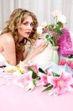 Blondes Baumuster des Brunette mit Blumen Stockbild