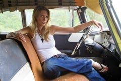 Blondes Baumuster in einem verlassenen Fahrzeug Stockbilder