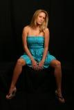 Blondes Baumuster im blauen Kleid Stockbilder