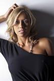 Blondes Baumuster im schwarzen Kleid Lizenzfreies Stockfoto