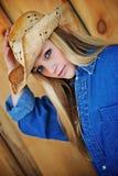 Blondes Baumuster-Lächeln beim Tragen des Cowboyhuts Lizenzfreie Stockfotos