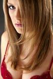 Blondes Baumuster mit rotem Büstenhalter Lizenzfreies Stockfoto