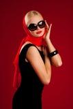 Blondes Baumuster mit schwarzen Sonnenbrillen Lizenzfreie Stockbilder