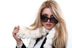 Blondes Baumuster mit Sonnenbrille und weißem Schal Stockfotografie