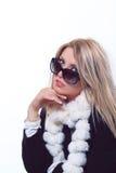 Blondes Baumuster mit Sonnenbrillehaltung Stockbild
