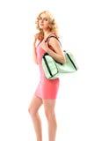 Blondes beautie, das eine modische Handtasche hält Stockfotografie
