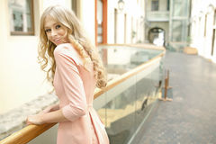Blondes beautie mit dem gelockten Haar Stockfoto