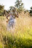 Blondes behaartes Kind, das zwar Gras geht Lizenzfreies Stockfoto