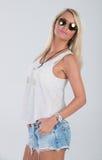 Blondes behaartes Modell in der Americanaausstattung Stockfotos