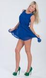 Blondes behaartes Modell im gekräuselten blauen Kleid Lizenzfreies Stockfoto