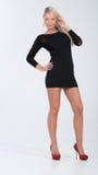 Blondes behaartes Modell im kurzen Kleid Lizenzfreie Stockbilder