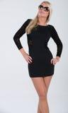 Blondes behaartes Modell im kurzen Kleid Stockbilder