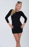 Blondes behaartes Modell im kurzen Kleid Lizenzfreie Stockfotografie